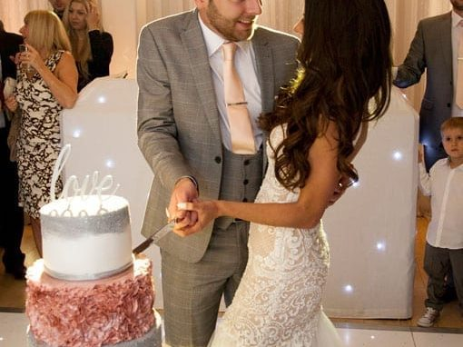 ASHLEE & LEIGH – CUTTING THE CAKE